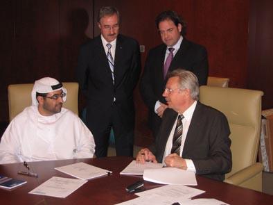 Vertragsunterzeichnung zwischen Hassan Al Rostamani (vorne links, Vice-President Al Rostamani Group) und Klaus Beer (vorne rechts, Geschäftsführer HAZEMAG & EPR GmbH), im Hintergrund: Dr. Armin Greune