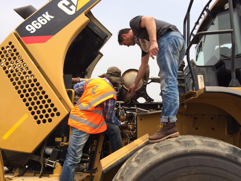 Beim Eintreffen des Radladers in Ghana wird sein Innenleben inspiziert, schließlich hat die Baumaschine einen Rückbau aufgrund der Motorentechnik erfahren.
