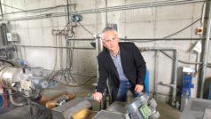 An der Nutzbarmachung des Polystyrol-Anteils wird weiter gearbeitet: Hans Grubmüller, Geschäftsführer von Innplast, bei der Besichtigung des PS-Granulats an der Extrusion. Bild: Innplast