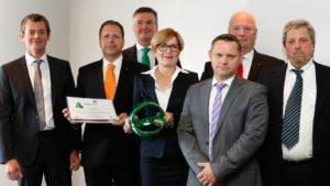 """PackTheFuture-Award für die Recyclat-Initiative: Vertreter von ALPLA und Werner & Mertz nahmen den Preis in der Kategorie """"Ecodesign"""" entgegen. Foto: Messe Düsseldorf / ctillmann"""