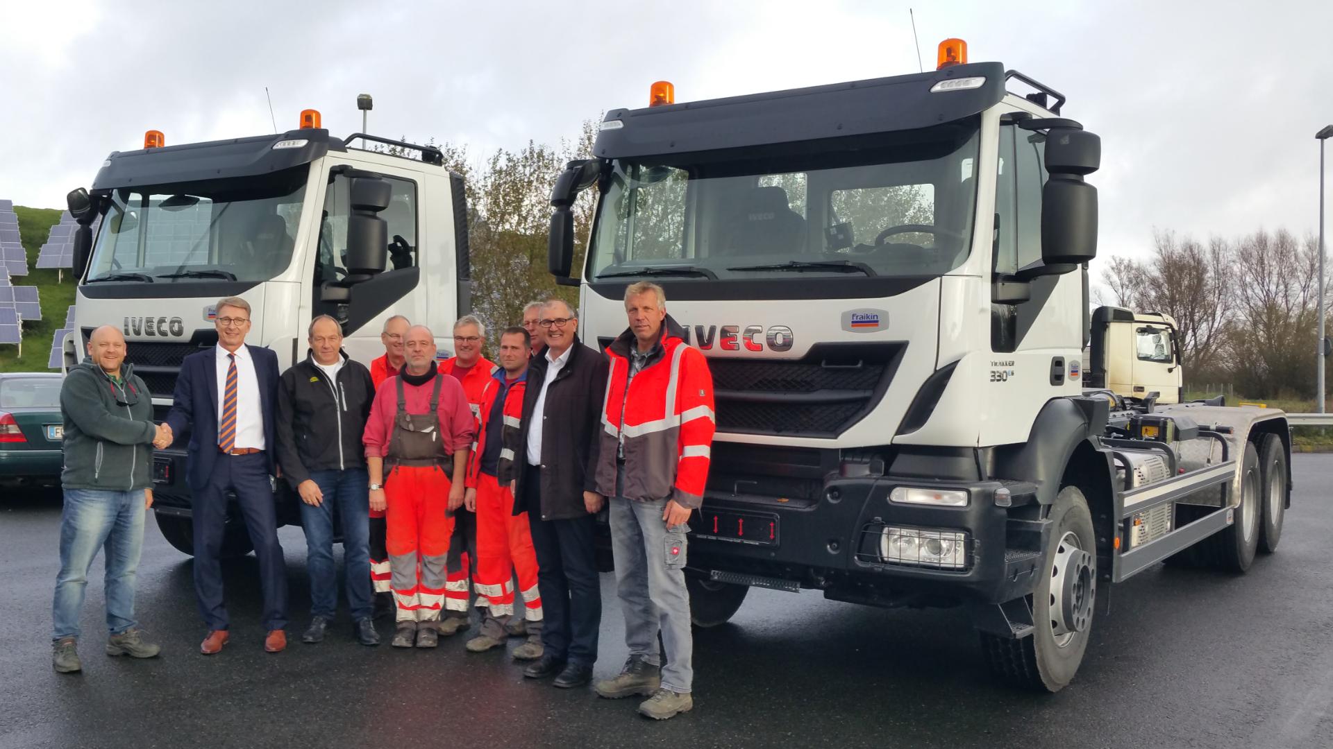 Mario Lehmann, Abfallwirtschaftszentrum Friesland/Wittmund (links) und Torsten Lau, Fraikin Deutschland (2. v. l.) bei der Fahrzeugübergabe (Foto: Fraikin Deutschland GmbH)