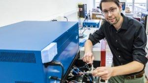 Forschung am Wasser-Elektrolyt: Empa-Forscher Ruben-Simon Kühnel schliesst eine Test-Zelle mit der konzentrierten Salzlösung ans Ladegerät an. In mehreren Lade- und Endladezyklen wird die Stabilität des Systems ermittelt. Bild: Empa