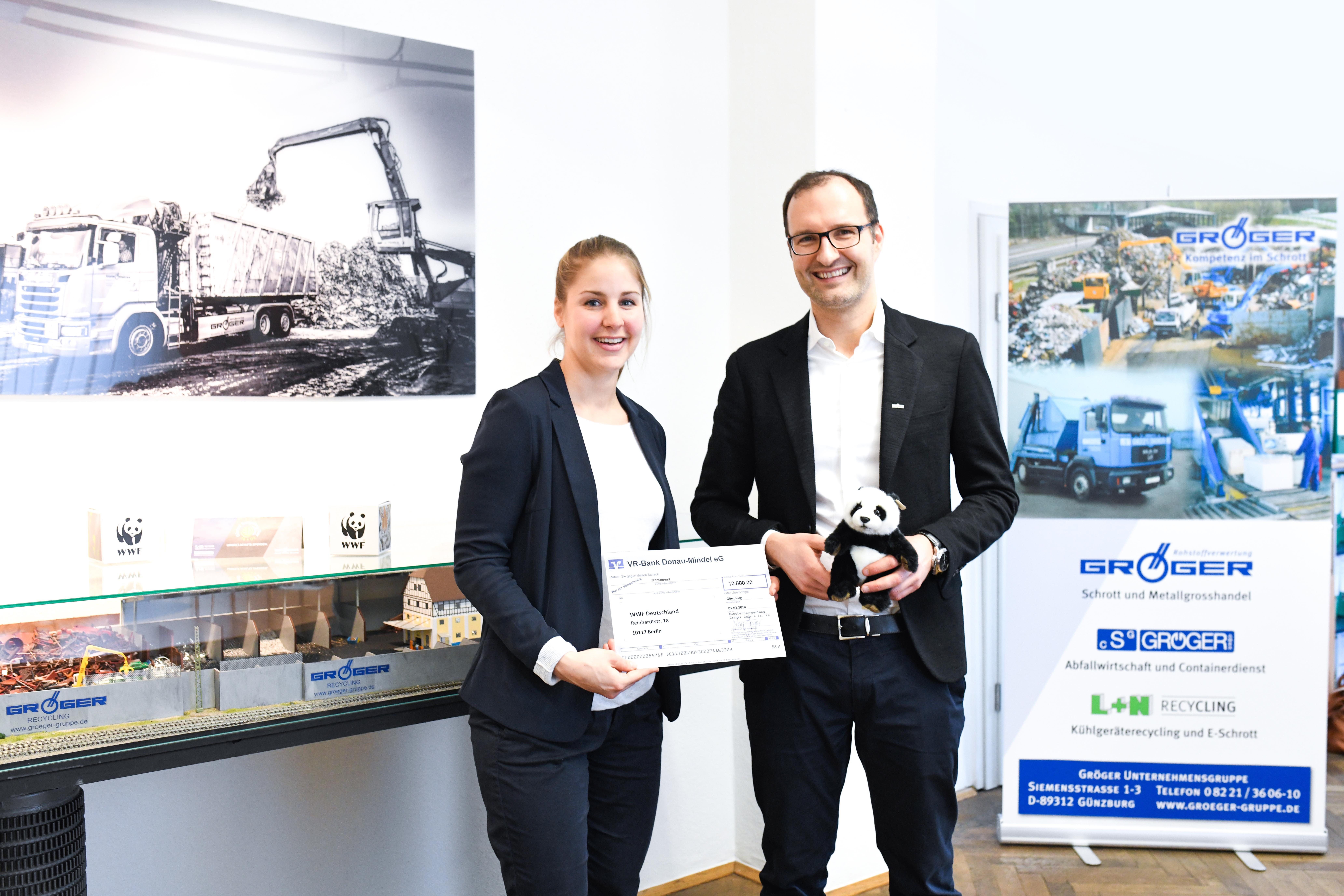 v. l. Anna Zorbach (WWF), Lars Gröger (Geschäftsführer Rohstoffverwertung Gröger) Foto: Rohstoffverwertung Gröger GmbH & Co. KG