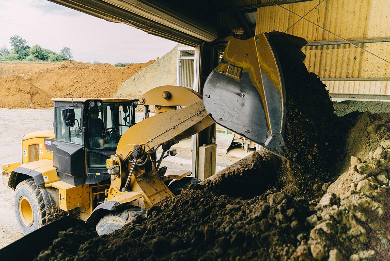 Beim Hausbau fallen oft große Mengen Erde an, die aufwendig entsorgt werden müssen. Leipfinger-Bader nutzt solche Aushübe oft als zusätzliche Ressource für die Ziegelproduktion. (Foto: Leipfinger-Bader)