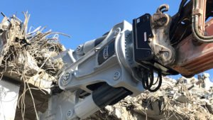 2) FRD Betonschere V50 (6 Tonnen) beim Brückenrückbau (Foto: Furukawa Rock Drill FRD Germany)
