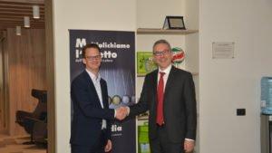 Martin Ulke, Geschäftsführer INTERSEROH Austria GmbH, und Danilo Bonato, Vorstand REMEDIA, anlässlich der Vertragsunterzeichnung (Foto: ALBA Group)