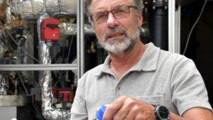 OEOO-Umweltingenieur Erich Groever mit zwei Proben des aus Plastikmüll aus dem Meer gewonnenen Öls (Foto: One Earth – One Ocean e. V. (OEOO))
