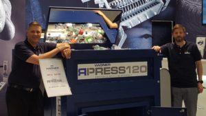 Andreas und Alexander Wagner mit RPRESS 120 (Foto: Wagner Maschinenbau)