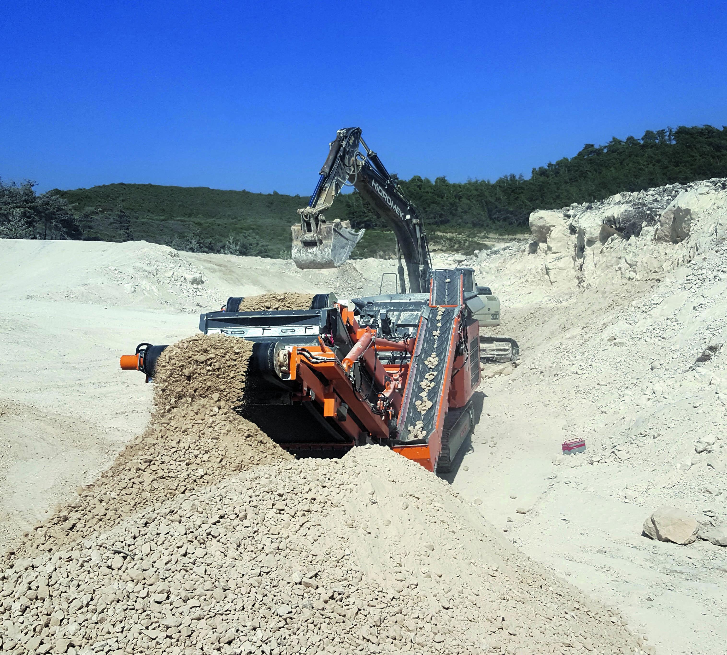 Einsatz des R1100S beim Einsatz im Straßenbau in der Region Gaziantep (Süd-Türkei), beim Brechen von Kalkstein auf 0-35 mm (Foto: Rockster)