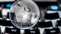 Weltkugel auf einer Tastatur