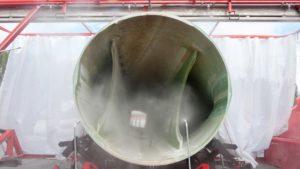 Mit einer mobilen Rotorblattsäge ist Veolia in der Lage, die Rotorblätter vor Ort im Windpark zu zerlegen. Dieses patentierte Verfahren ermöglicht eine ganzheitliche Entsorgung: von der Zerkleinerung der Blätter am Anfallort bis hin zur Verwertung. Bild: Veolia