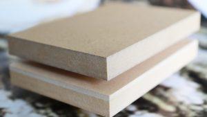 Mitteldichte Holzfaserplatten (MDF) mit einem Anteil Rübenpellets. Bild: Fraunhofer WKI/Manuela Lingnau