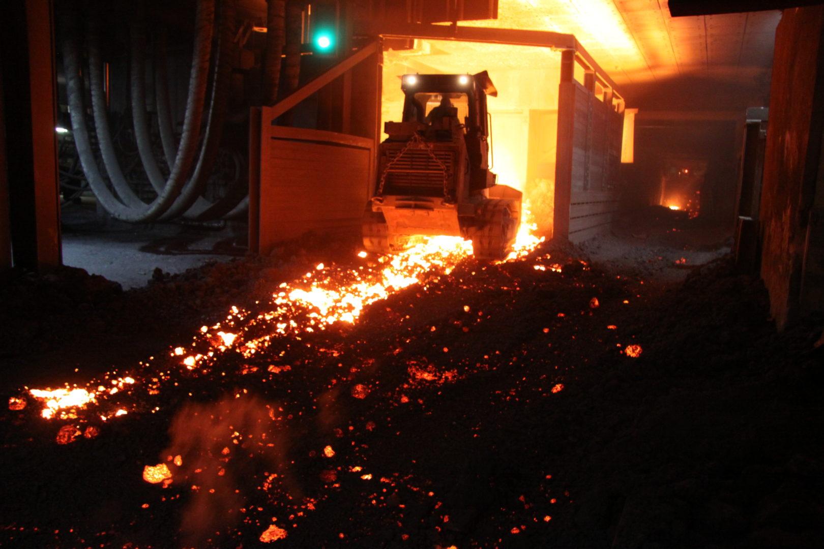 Beim Stahlwerk Peiner Träger in Peine arbeiten Cat Laderaupen vom Typ 973D am Limit: Sie laden glühend heiße Elektroofen-Schlacke, einem Nebenprodukt der Stahlproduktion. Bild: Caterpillar/Zeppelin