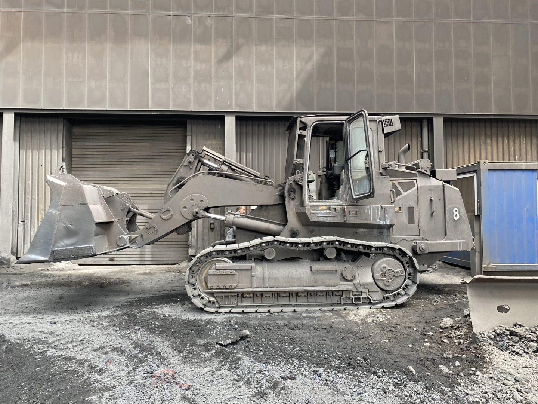 Trotz all der Schutzvorrichtungen unterliegen die Maschinen einem starken Verschleiß – schon nach den ersten Betriebsstunden legt sich um das gelb-schwarze Cat-Design eine graue Schicht aus Staub und die Maschinenfarbe verbrennt nach und nach. Bild: Caterpillar/Zeppelin