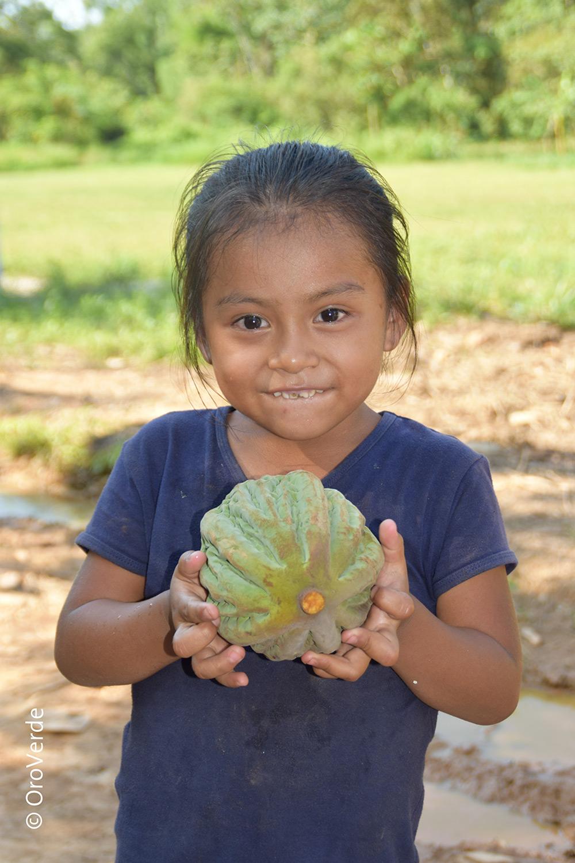 Mädchen mit Kakaofrucht © OroVerde